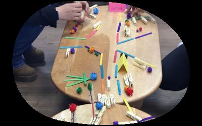 Plumas y conchas son utilizados en juegos grupales de selección laboral